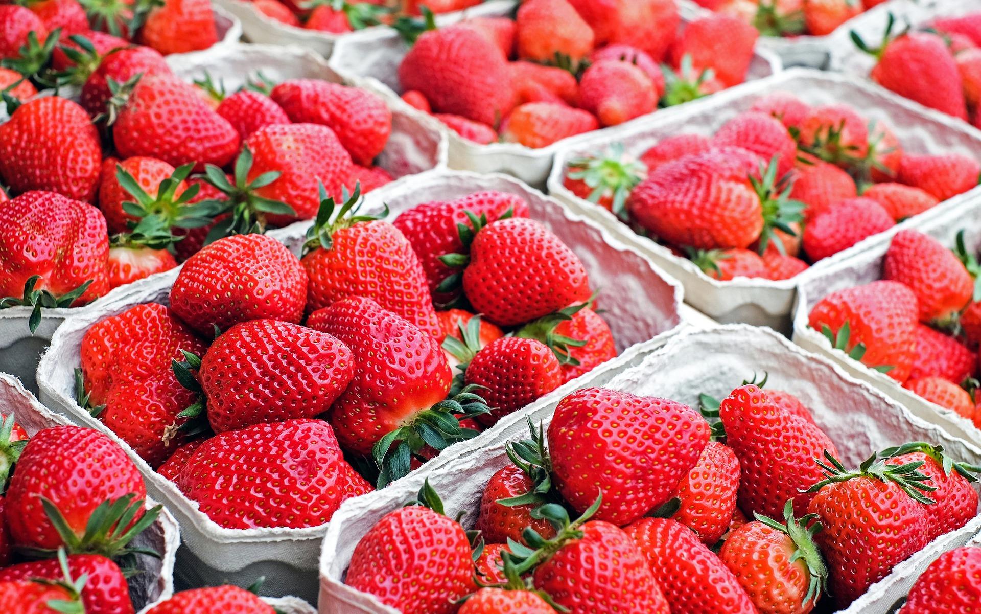 strawberries-1350482 1920