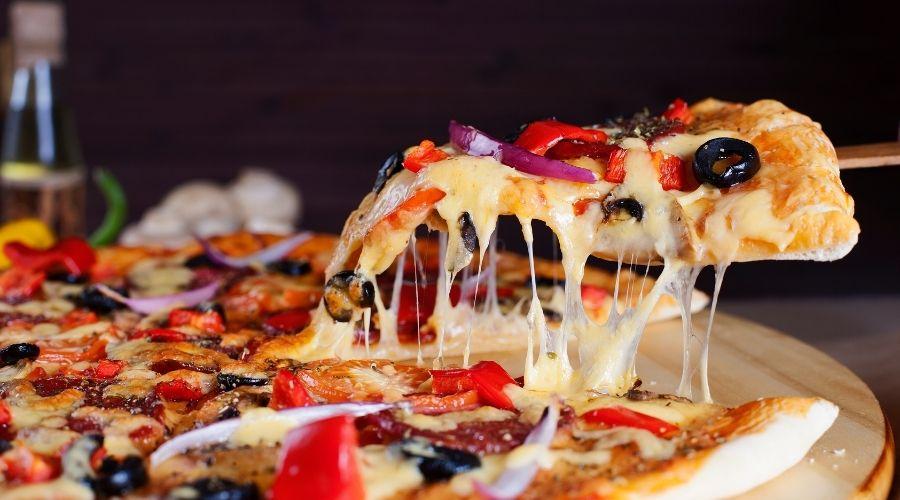 Pizza z ciągnącym się serem