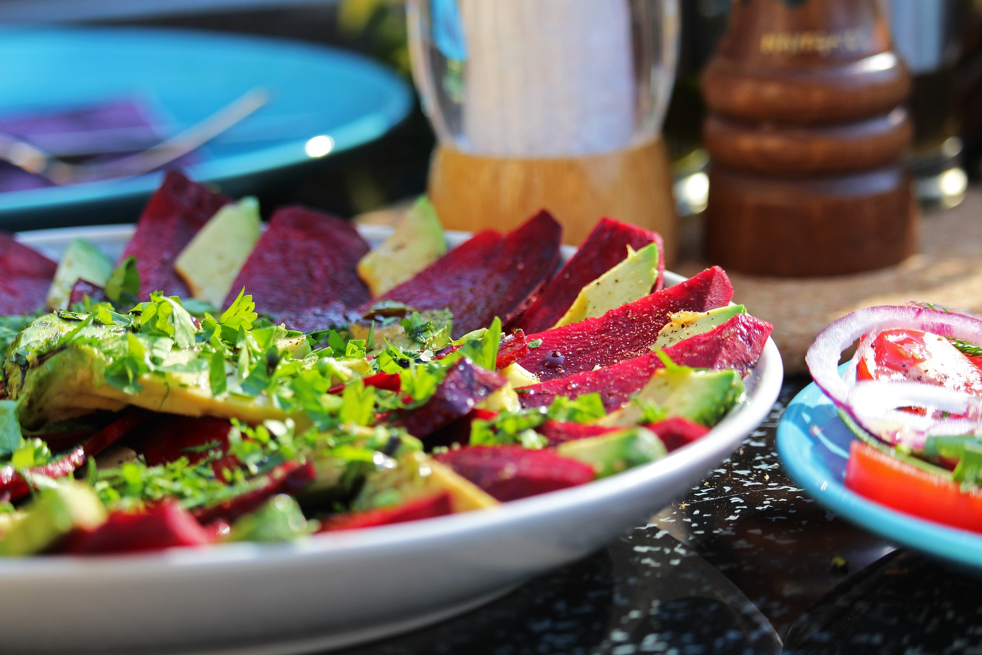 Sałatka z pieczonych buraczków, koziego sera i rukoli – pyszny i zdrowy posiłek