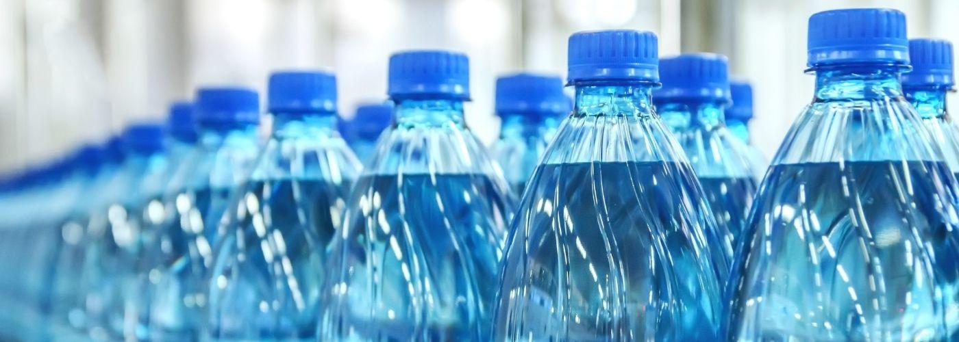 Woda w plastikowych butelkach