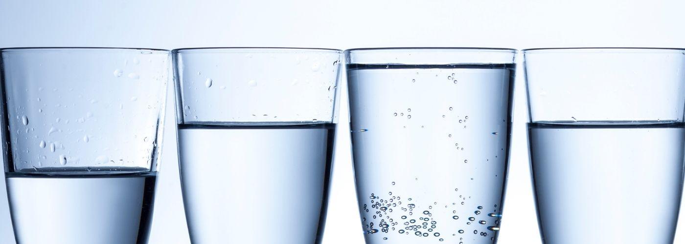 Dlaczego warto pić 4 szklanki wody na czczo?