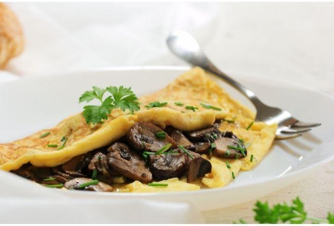 Omlet z pieczarkami smakuje obłędnie