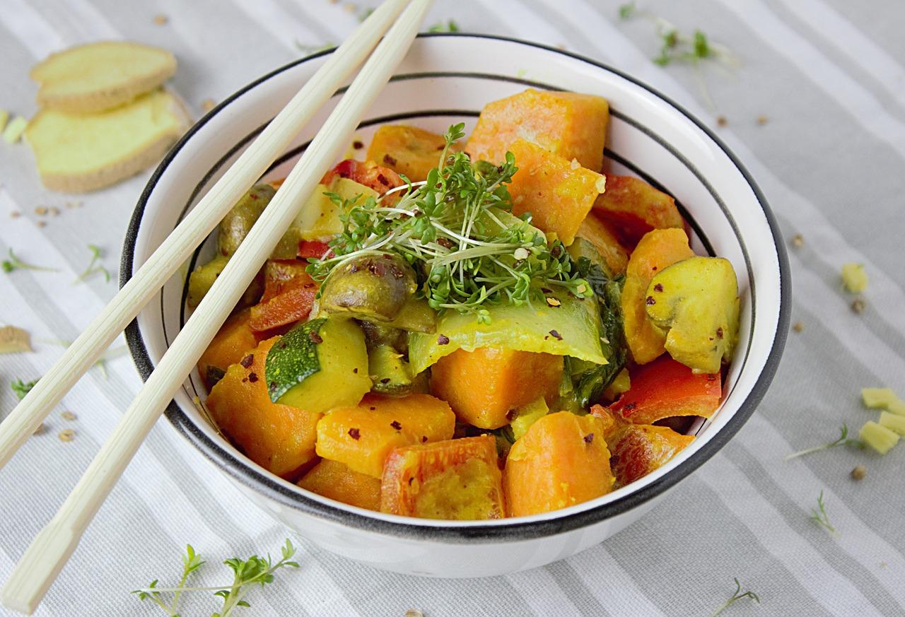 Curry z ciecierzycą, batatami i szpinakiem