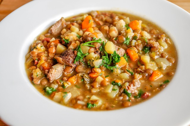 Zupa z soczewicy z ziemniakami i kurczakiem