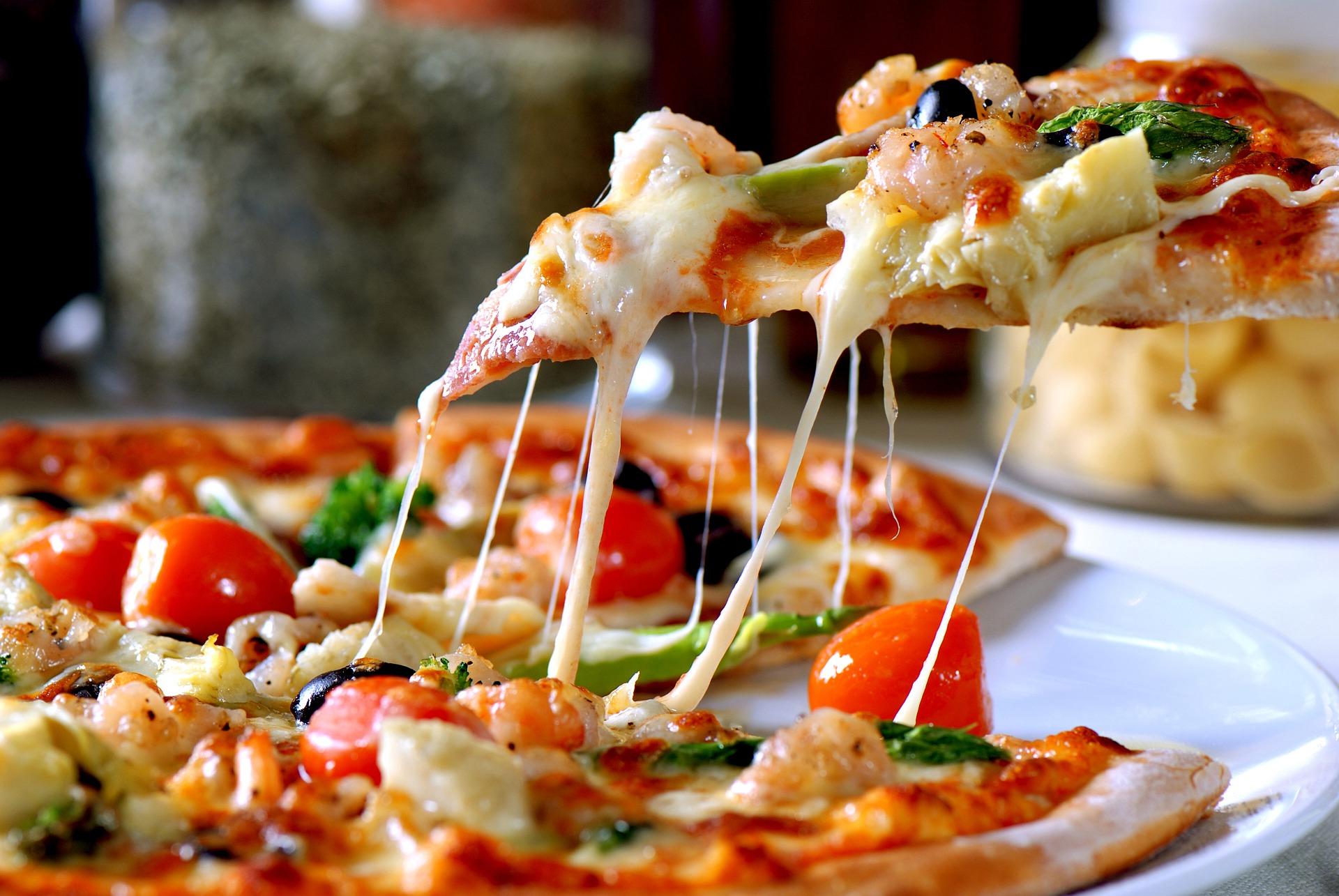Pizza ze szparagami, z szynką lub jajkiem