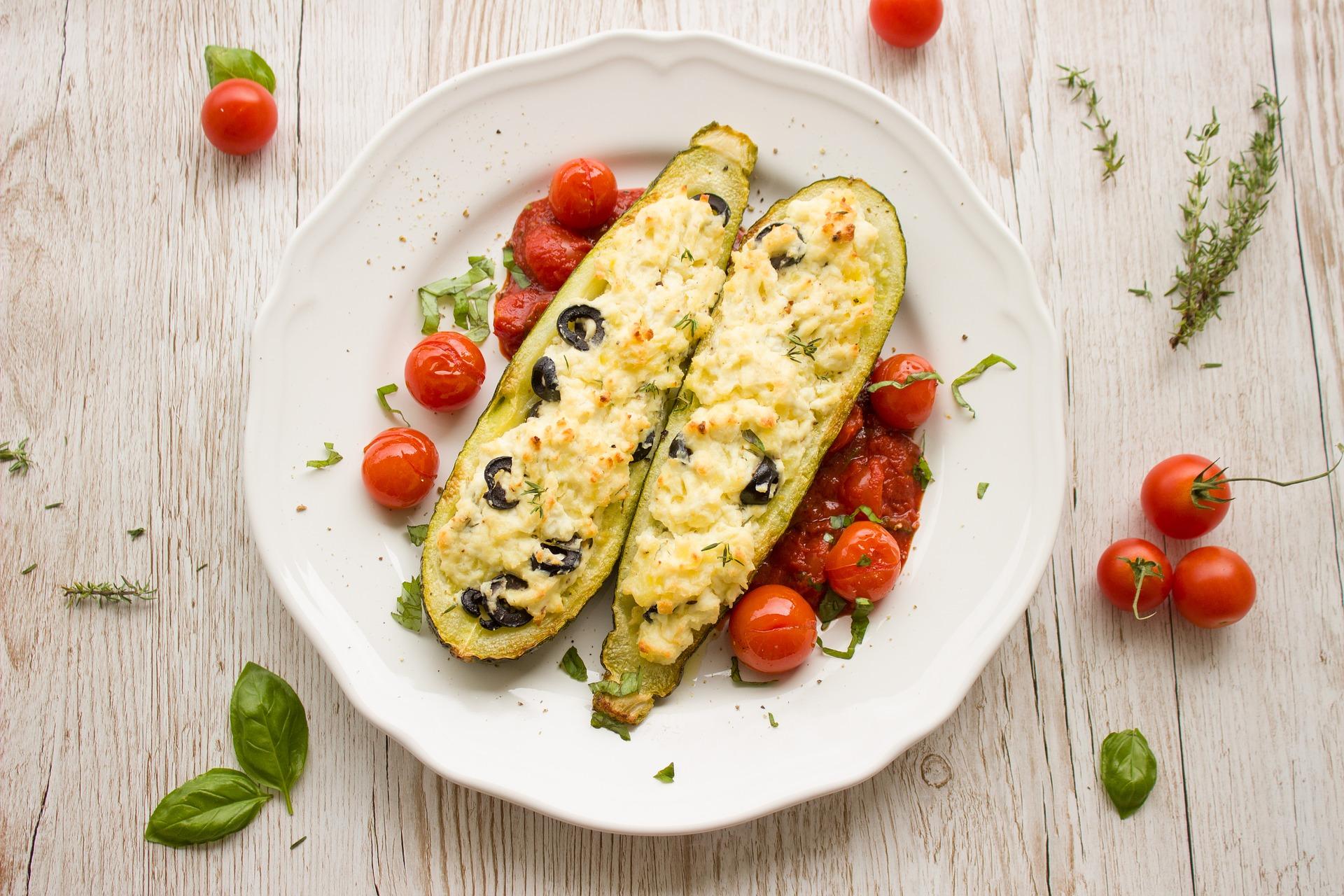 Cukinia faszerowana kaszą jaglaną, indykiem i suszonymi pomidorami – pomysł na lekkostrawny i smaczny obiad