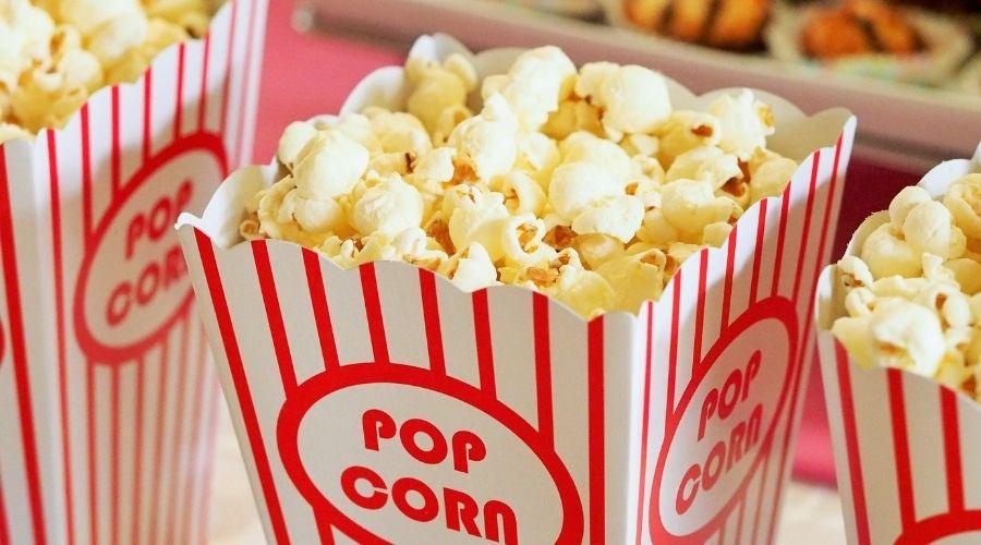 Popcorn w pudełku kinowym