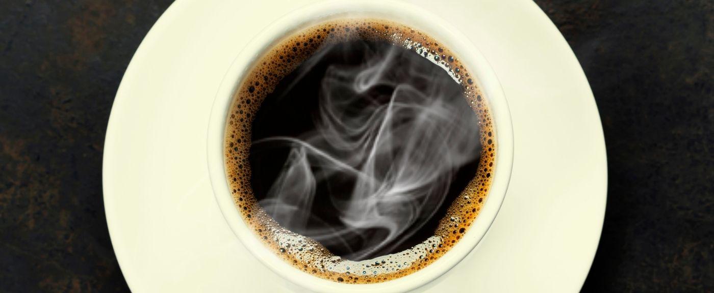 O której pijać kawę?