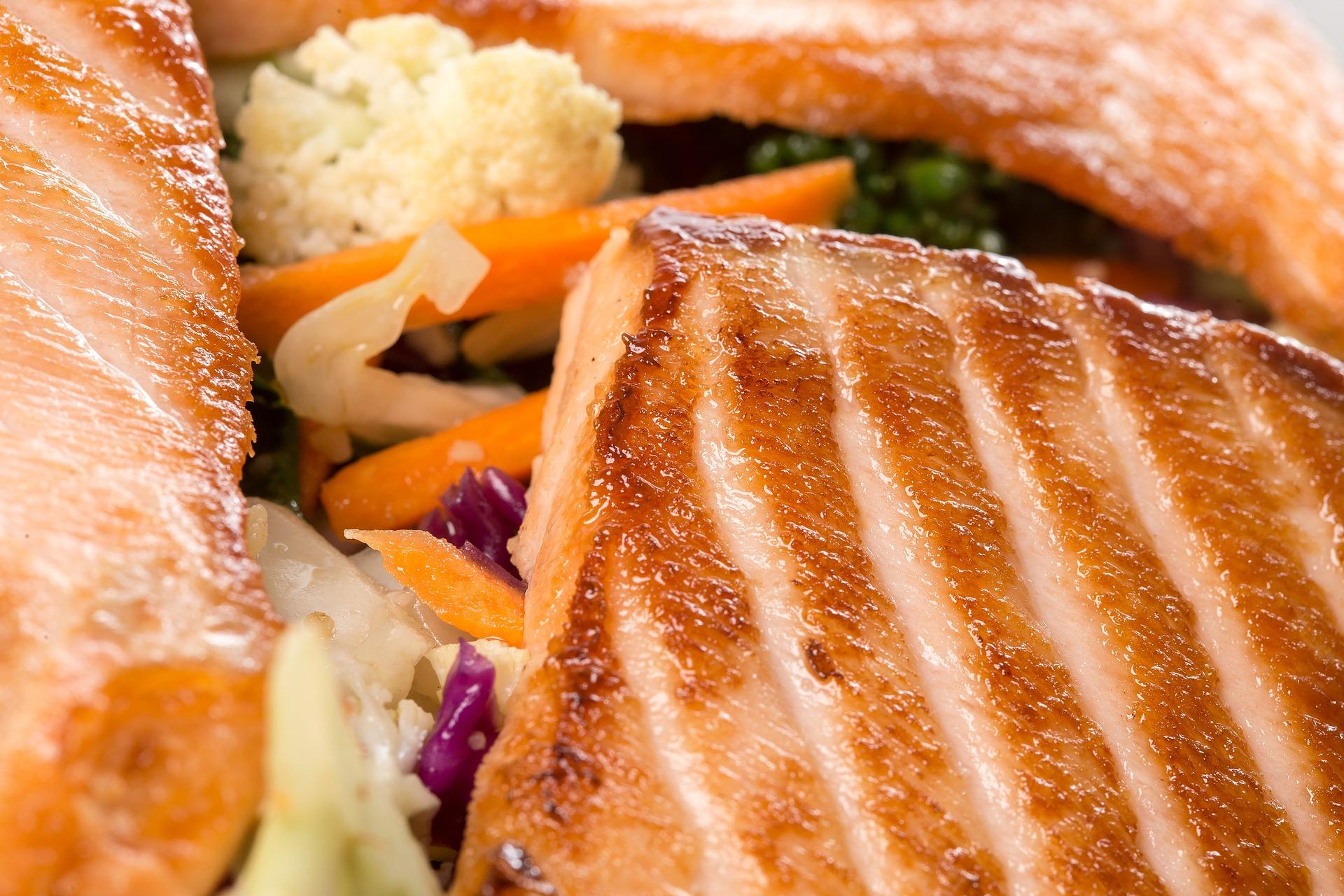Sałatka z grillowanym łososiem – pożywny i lekki obiad