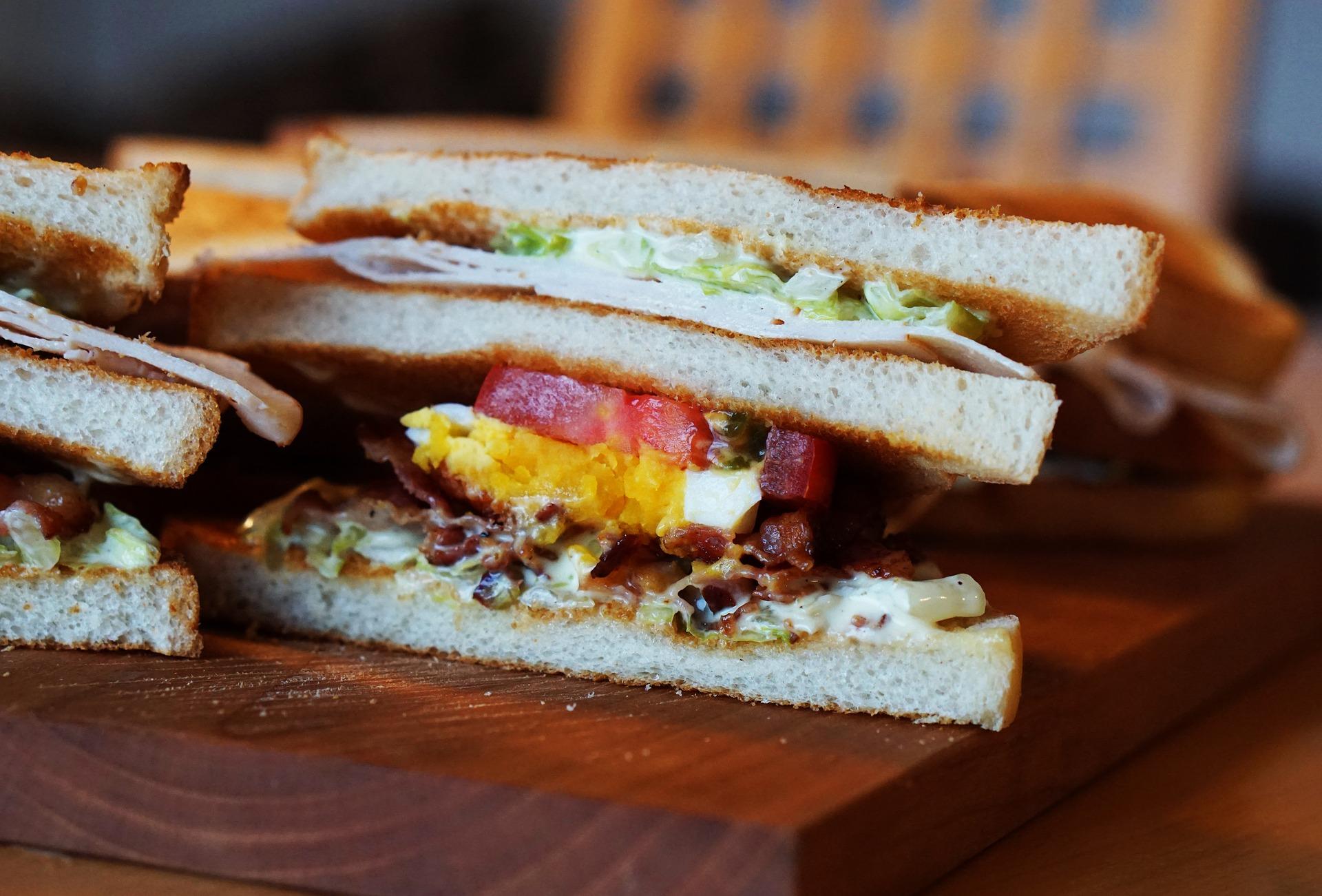 Kanapka klubowa - Club Sandwich – idealna na śniadanie lub do pracy.