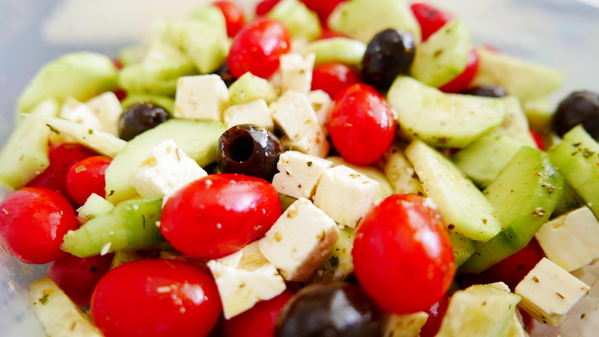 Sałatka z fetą, pomidorkami i chili – doskonały dodatek do potraw, ale także idealny lekki posiłek na wiosenny dzień.