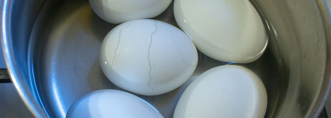 Pękające skorupki jajek podczas gotowania