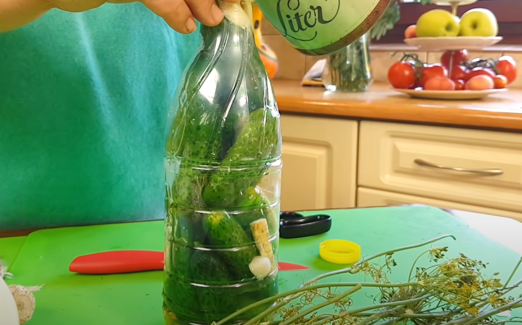 Ogórki małosolne w butelce