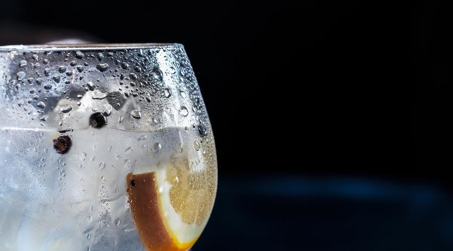 Szklanka zimnej wody z cytryną