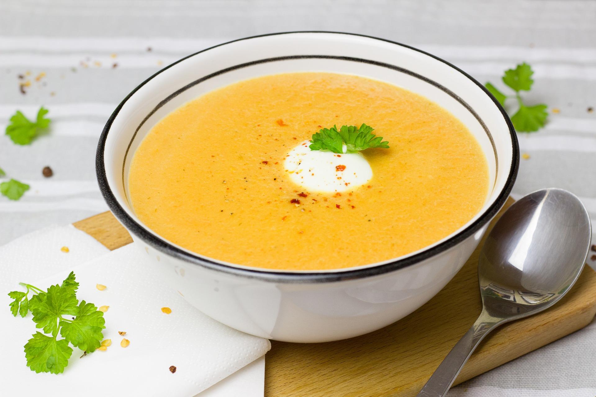 Zupa krem z pieczonej marchwi z imbirem i mlekiem kokosowym