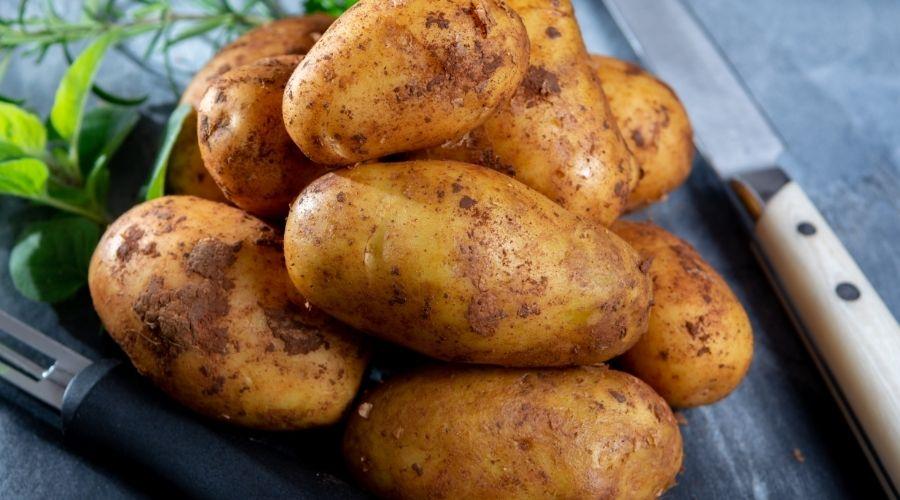 Młode ziemniaki z niecodziennym dodatkiem