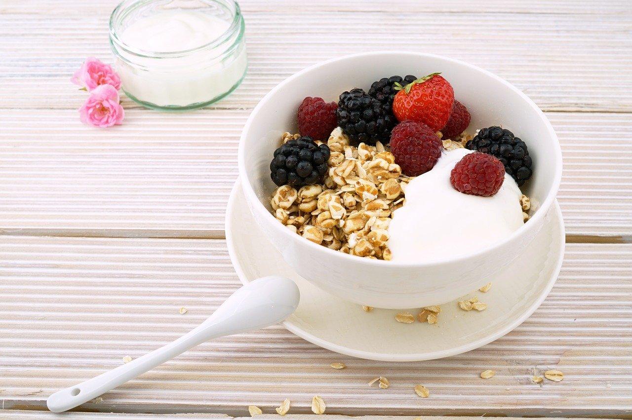 Pomysły na owsiankę z owocami i jogurtem