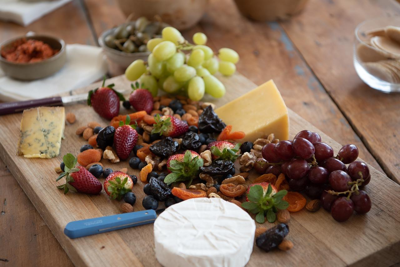 Koreczki crostini z serem brie, orzechami i winogronami