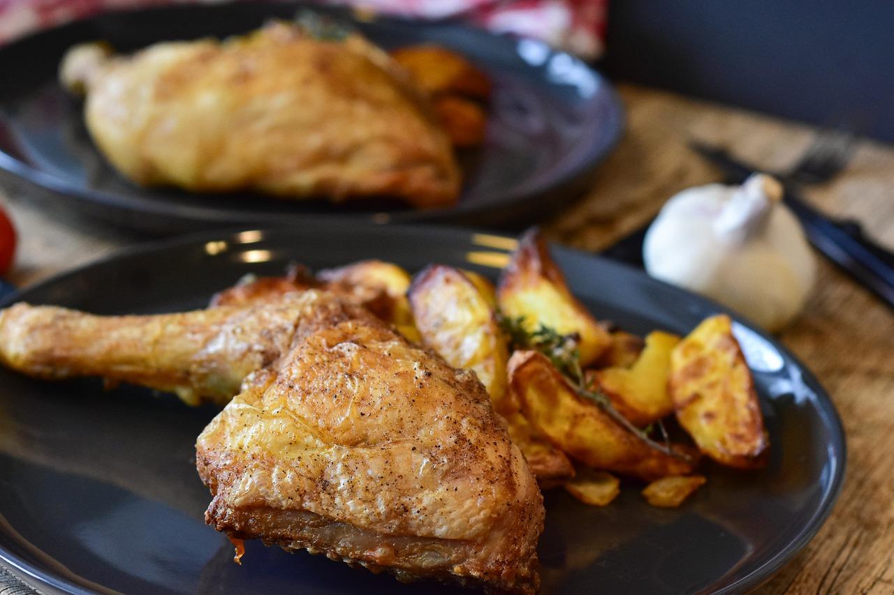 Pieczone udka z ziemniakami, porem i marchewką
