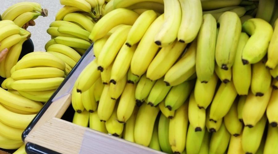 Banany w sklepie.