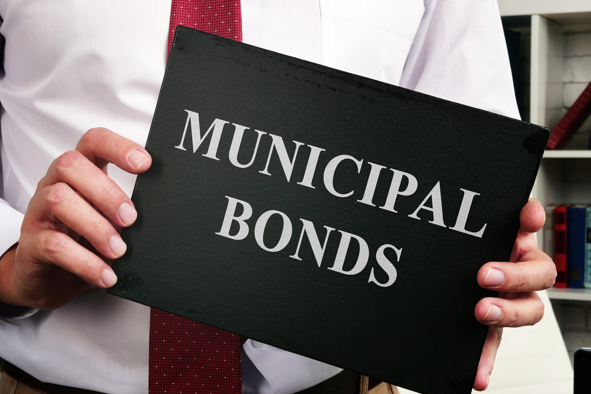 Manager shows plate with municipal bonds sign