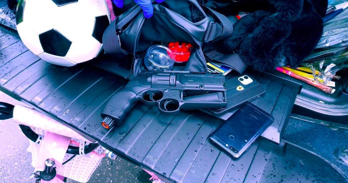Broń zabezpieczona w aucie 28-letniego mężczyzny przez policjantów w Pabianicach