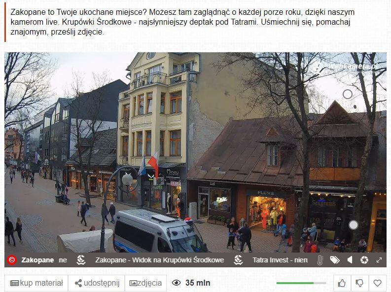 Pomimo złej pogody w sobotę na Krupówkach pojawiły się tłumy turystów.