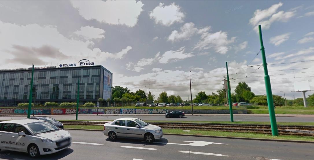 Skrzyżowanie ulicy Hetmańskiej z Górecką w Poznaniu, gdzie osobowe auto uderzyło w słup trakcyjny