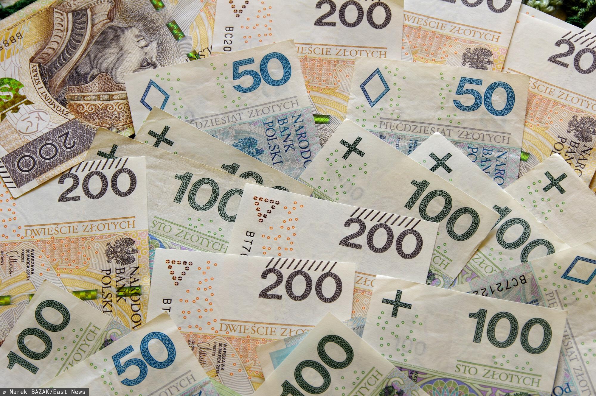 Pieniadze, banknoty o nominale 50 zl, 100 zl, 200 zl.