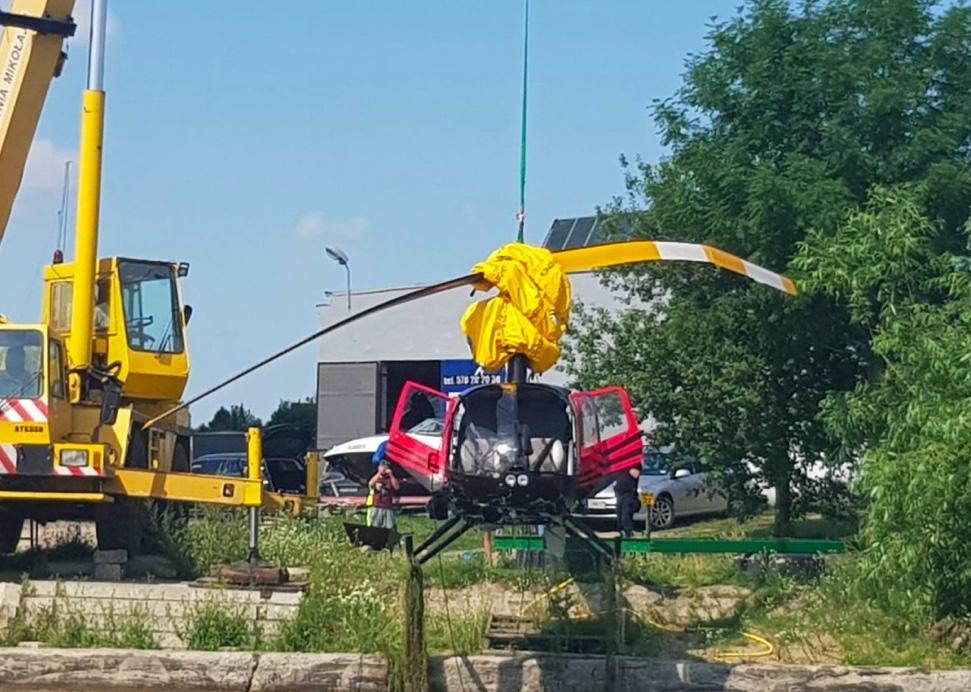 Moment wyciągania helikoptera z wody