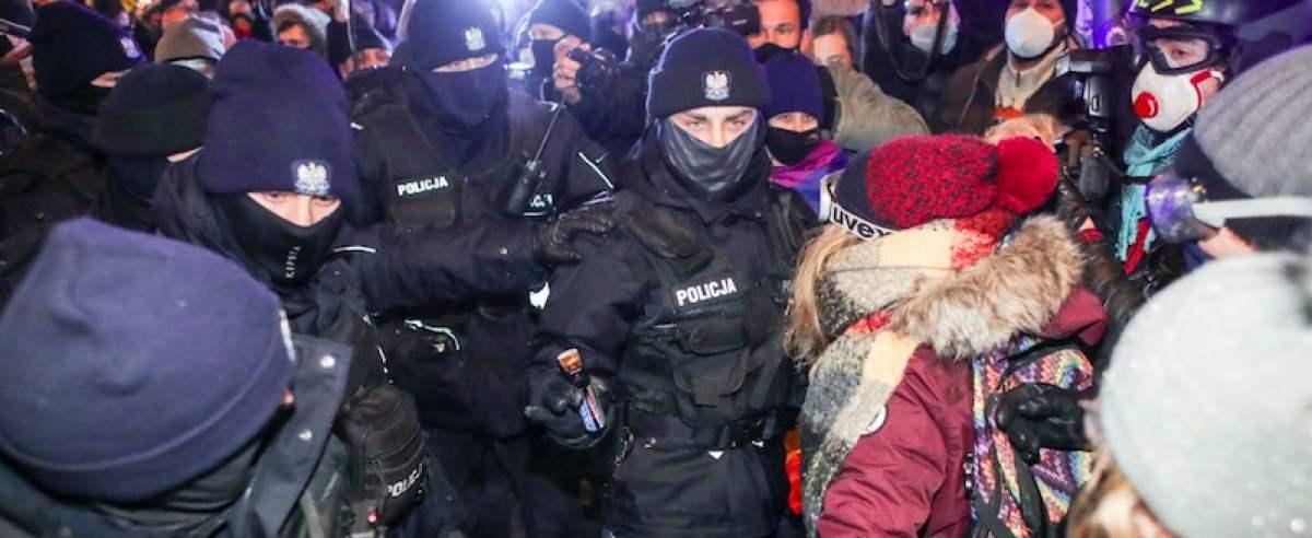 Wiadomo, co stanie się z policjantem, który po cywilnemu użył na protestujących pałki teleskopowej