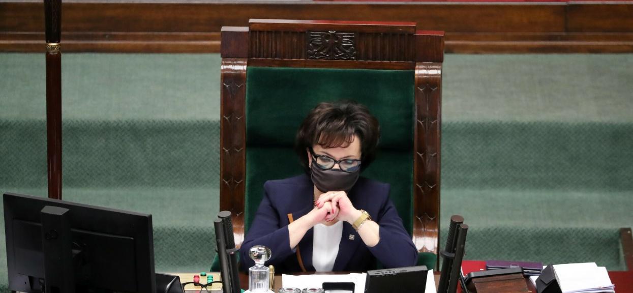Widzowie TVN mogli podejrzeć, jak Elżbieta Witek odblokowuje swoje urządzenie.