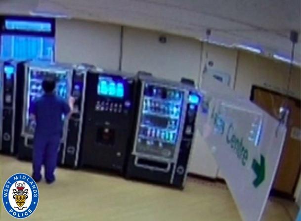 Policja ujawniła nagrania z kamery monitoringu w trakcie dokonywania przez asystentkę medyczną transakcji