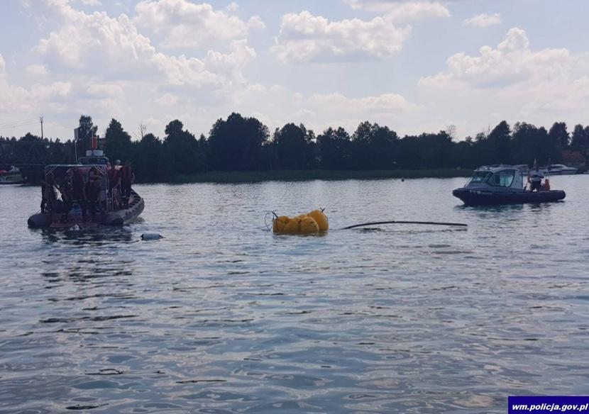 Działania policji wokół wraku śmigłowca znajdującego się pod wodą w jeziorze Tałty