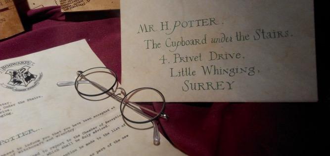 """Pojawienie się w księgarniach """"Harrego Pottera"""" zmieniło życie J.K. Rowling oraz fanów przygód czarodzieja na całym świecie"""