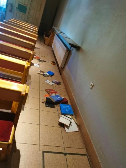 Porozrzucane modlitewniki kościele św. Maksymiliana Kolbego w Koninie