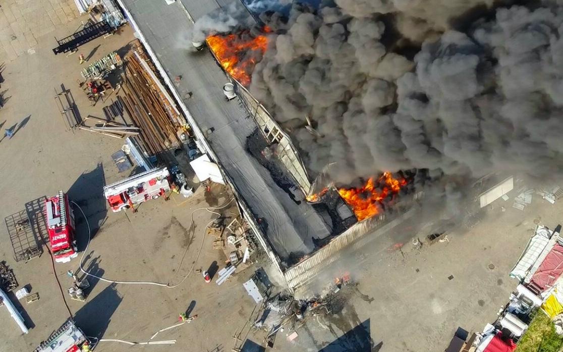 Po pożarze hali w Chorzowie odnaleziono ciało mężczyzny z raną