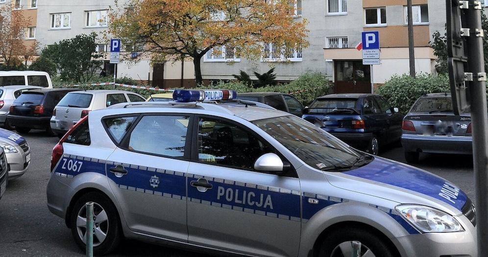 W jednym z mieszkań w Międzyborzu policja odkryła zwłoki kobiety. Obok niej znajdowała się dwójka dzieci