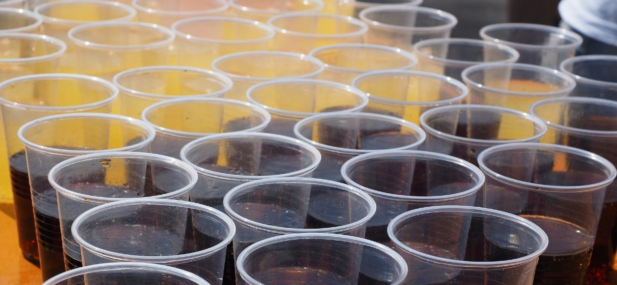 Napoje na wynos mogą podrożeć nawet o 1 zł z powodu opłaty produktowej.