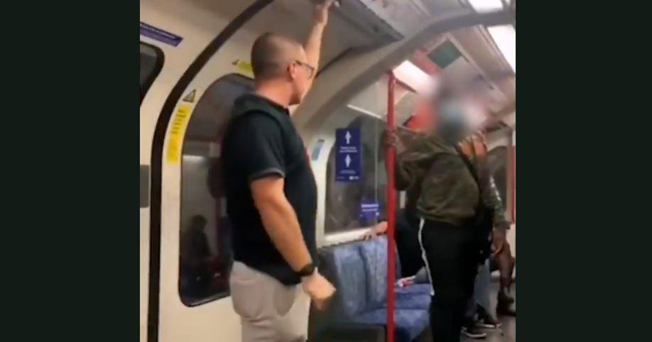 """Metro w Londynie. Mężczyzna nieprzytomny po nazwaniu """"zwierzętami"""" trzech ciemnoskórych mężczyzn."""