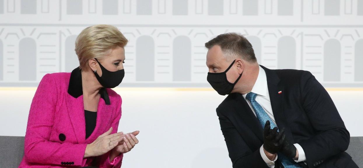 """Nieobecność Agaty Dudy podczas obchodów Dnia Strażaka prezydent usprawiedliwiał """"kontuzją""""."""