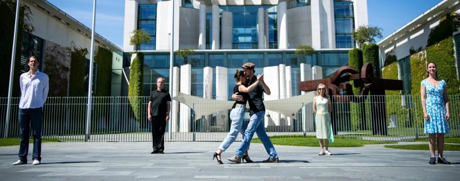 Warumacht Tänzervor dem Kanzleramt Tango tanzten –regelkonform