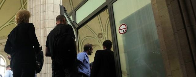 Harte Tür vor dem Gericht
