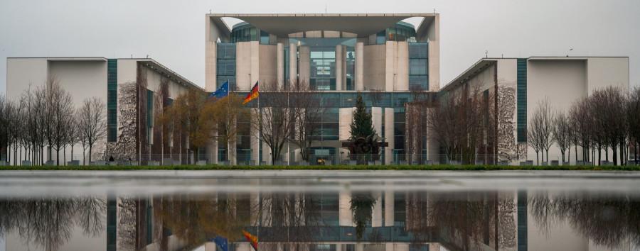 Berliner Schüler stellt kritische Fragen zum Kanzleramt