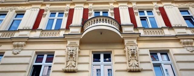 Pankower Paar bietet Schal bei Wohnungsvermittlung