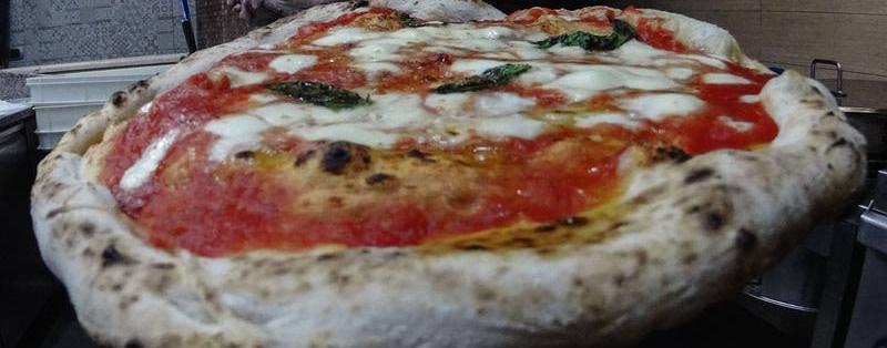 Neapolitanische Pizza mit Birnen, Wallnüssen und Gorgonzola