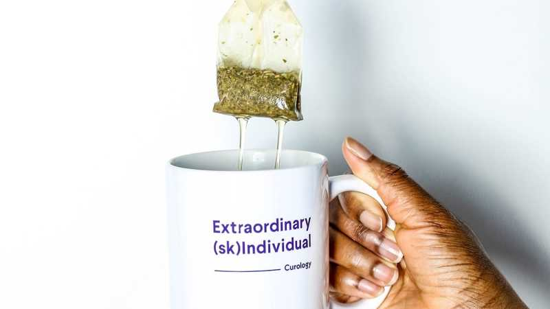 Mug / cup with teabag saying extraordinary (sk)individual