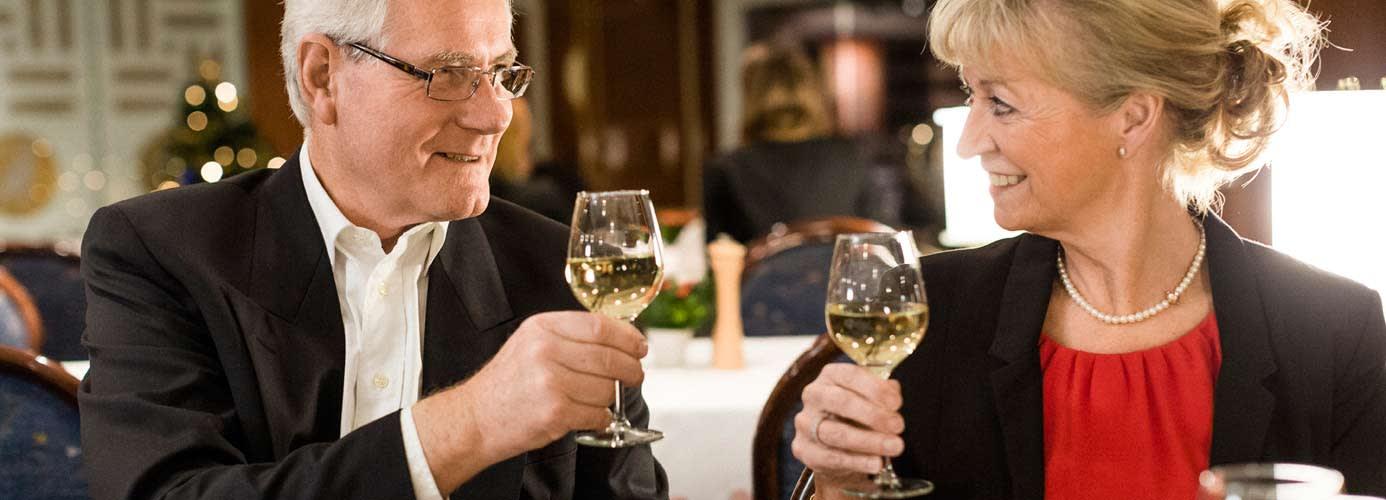 Paar stößt mit Weißwein an