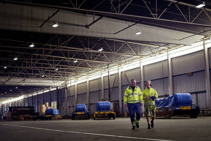 DFDS Warehouse - Two DFDS workers at the warehouse