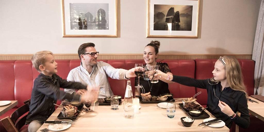 Explorers steakhouse - familie spiser middag